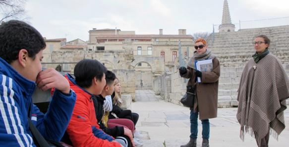 Tauromachie et jeux du cirque antique, pour les collégiens d'Arles, qui descendent dans l'arène du journalisme en provençal (photo MN)