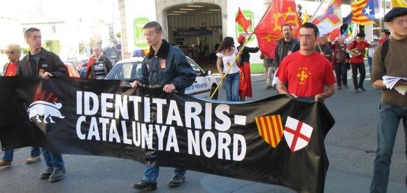 """17 mars 2007 à Béziers. parmi les 15 000 manifestants """"pour la langue d'oc"""" se glissent divers groupes identitaires, qui alors seront expulsés du cortège. Qu'en serait-il en 2016 ? (photo MN)"""