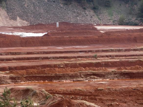 Déchets de bauxite stockées sur le site terrestre de Mange-Garri (photo MN)