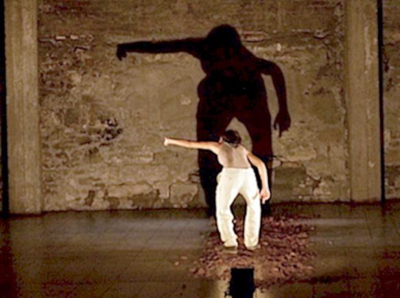 Comme dans une arène, l'interprète défend le texte de la voix et du geste (photo XDR)