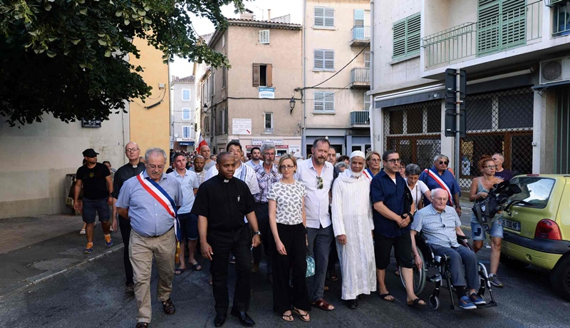 """Le 10 août dernier, à l'appel de son maire Marc Vuillemot (à g.) une marche des citoyens de La Seyne (83) interconfessionnelle, pour """"l'écoute, le partage, la communion, l'unité"""" (photo Communication Ville de La Seyne DR)"""