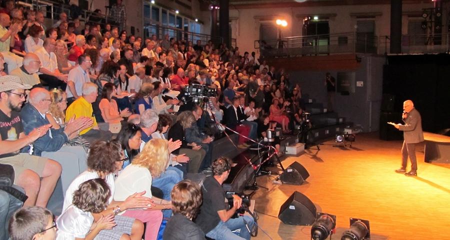 17 septembre 2016, dans une salle comble à la Cité du Livre d'Aix, Joël Bouc, remercie les collectivités qui ont rendu possible la représentation de la Crozada d'Uei...une attention que l'IEO 13 aurait aimé recevoir aussi (photo MN)