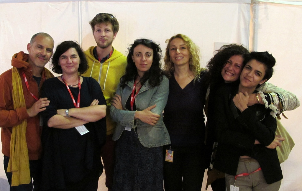 Avec l'équipe technique masculine,les chanteuses Sylvie Paz, Kalliroi Raouzeou, Annie Maltinti, Maura Guerrera et Nadia Thighidet (Photo MN)