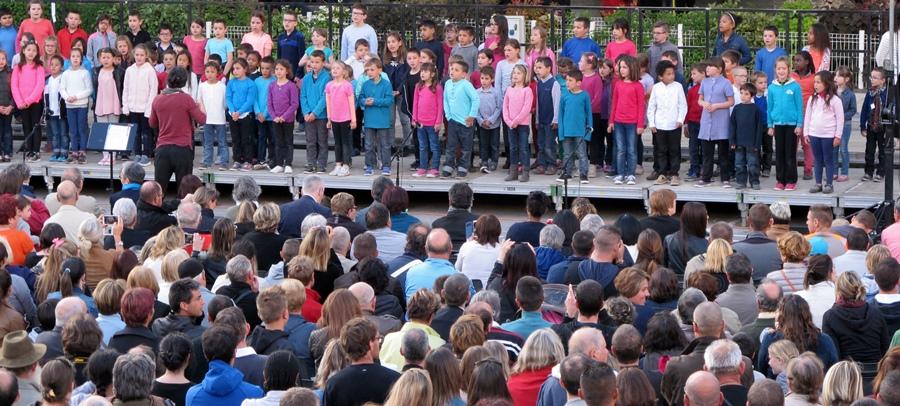 Les Cantejadas à Digne, en mai 2016, un réamorçage de l'enseignement de l'occitan ? Deux mille personnes viennent entendre les écoliers chanter en provençal (photo MN)
