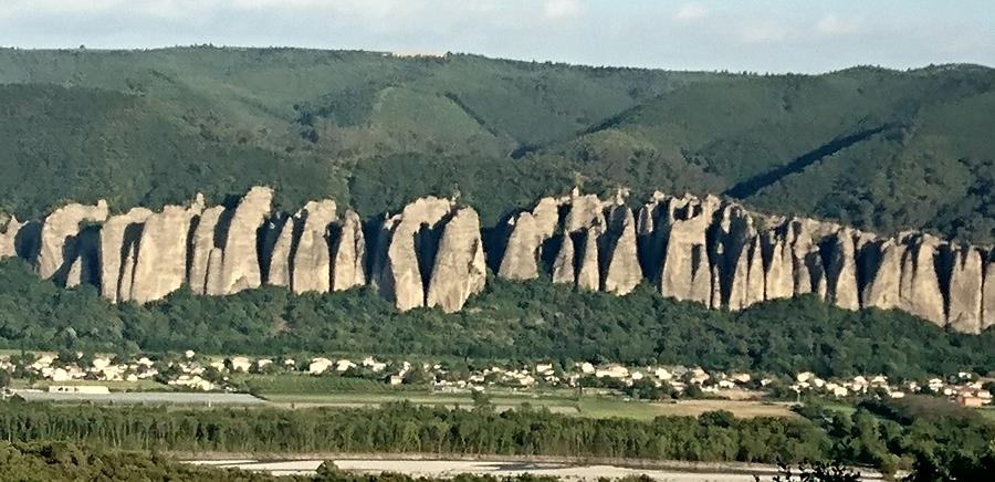 """Les """"Pénitents"""", rochers où l'embuscade républicaine réussit à stopper les militaires envoyés réprimer le mouvement insurrectionnel des Basses-Alpes (photo MN)"""