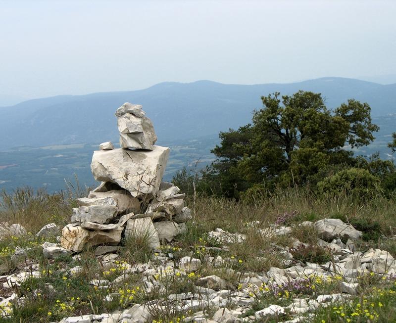 Crète du Luberon. Les créateurs du Parc Naturel Régional, parmi lesquels on trouvait Sergi Bec,  ont valorisé la langue d'oc, après leur départ la politique linguistique y a disparu (photo MN)