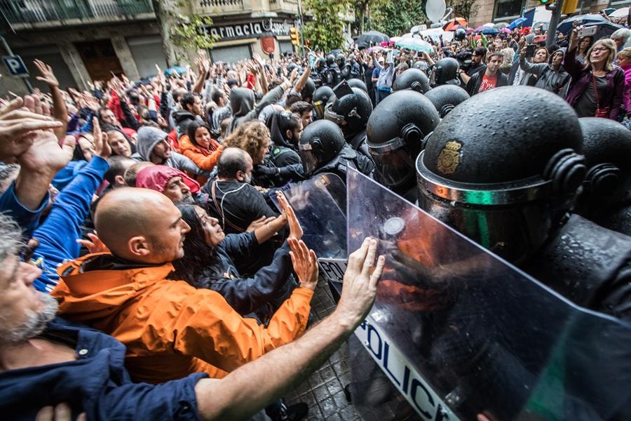 Les citoyens protègent l'accès aux urnes lors du référendum. La violence policière choquera tout le monde (photo Jordi Borràs DR)