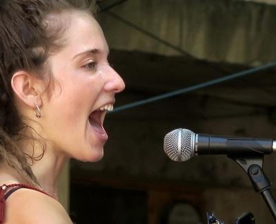 Alidé Sans, avec Paulin Courtial, elle choisit de chanter occitan, de travailler dans le local, et de s'adresser à l'univers ! (photo MN)