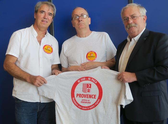 Hervé Guerrera, l'instigateur de la pétition, Claude Dini, l'adjoint Seynois délégué à la Culture Régionale, et Marc Vuillemot, le maire de La Seyne, qui s'exprimait devant la presse vendredi 21 septembre (photo MN)