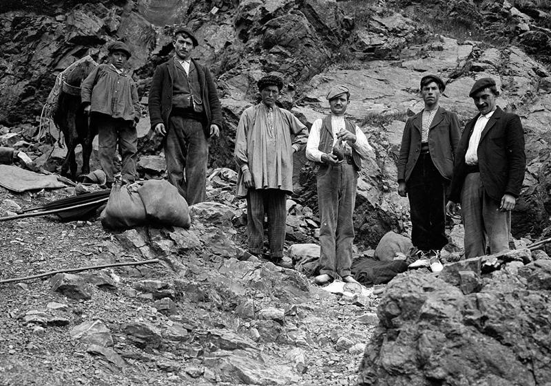 Immigrants italiens à la frontière française au tournant des XIXè et XXè siècle. Alors, il y a du travail peu qualifié, et bientôt la Grande Guerre crée des besoins de main-d'oeuvre (photo Archives DR)