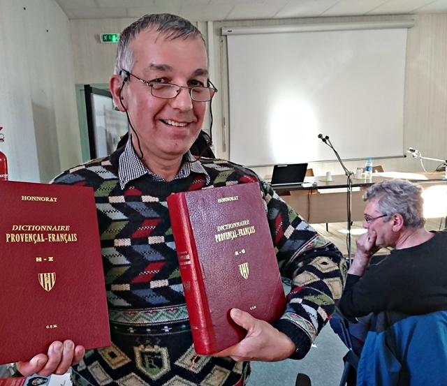 Le dictionnaire d'Honnorat, un Dignois. Cette somme est disponible à la Librairie Occitane de Gap, dont le fonds et l'intérêt ont été présentés par un de ses animateurs, Michèu Prat. 3000 références qui peuvent être commandées de n'importe où (photo MN)
