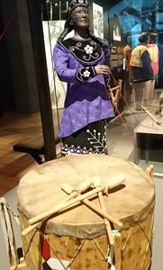 Tambour Miq Mac pour pow wow, création d'Hubert Martin, Musée d'Histoire de la Ville de Québec