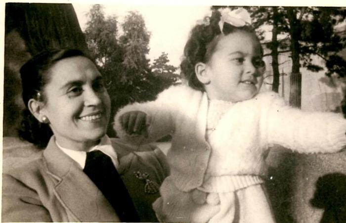 Dans les années 1960, toujours en France avec sa fille (photo XDR)