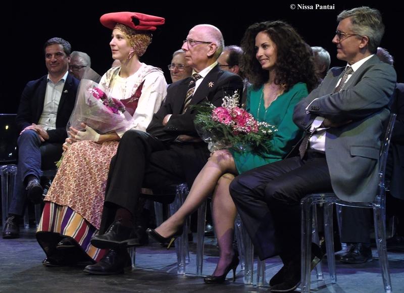 En vert, la nouvelle Majorale est entourée par J.Luc Gag (Théâtre Gag et Mairie de Nice), et le Capoulié du Félibrige Jaque Mouttet, à la droite de celui-ci, la Reine du Félibrige Adeline Bascaules-Bedin (photo Nissa Pantai DR)