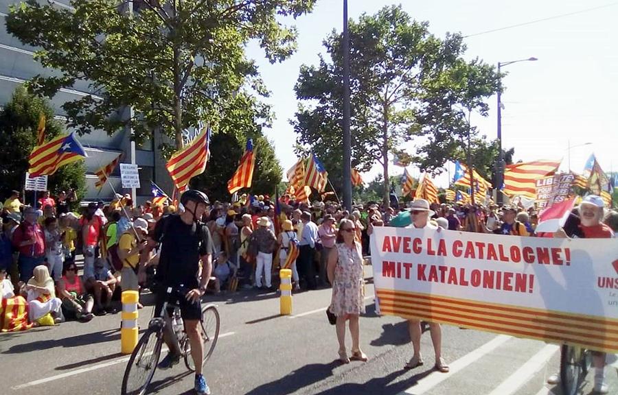 Si les Etats se montrent indifférents, voire menaçants, la solidarité des citoyens des minorités semble acquise, comme ici avec ces Alsaciens (photo JF Blanc)