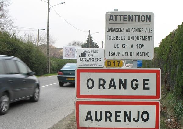 Si soixante communes affichent leur provençalité ainsi, d'autres ont fait enlever les panneaux en provençal : ainsi de cette archive de 2009 ; aujourd'hui le panneau en provençal est un souvenir... (photo MN)