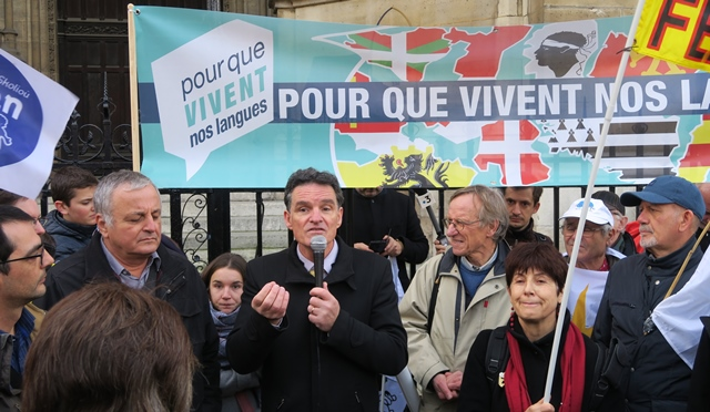 A Paris, le député breton Paul Molac au micro : il faut retourner au local, et impliquer les candidats aux municipales. Une stratégie de reconquête mise en œuvre (photo MN)
