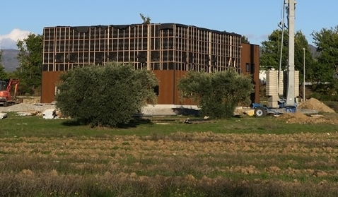 Une nouvelle zone d'activité pousse sur des terres agricoles, ici en vallée de Durance (photo MN)