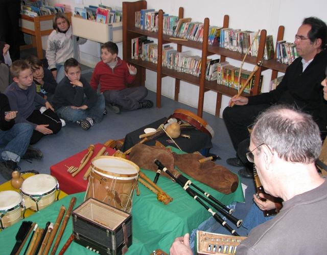 Initiation scolaire à la musique dite occitane dans une école varoise. Dans ce département l'enseignement de la langue est sinistré (photo MN)