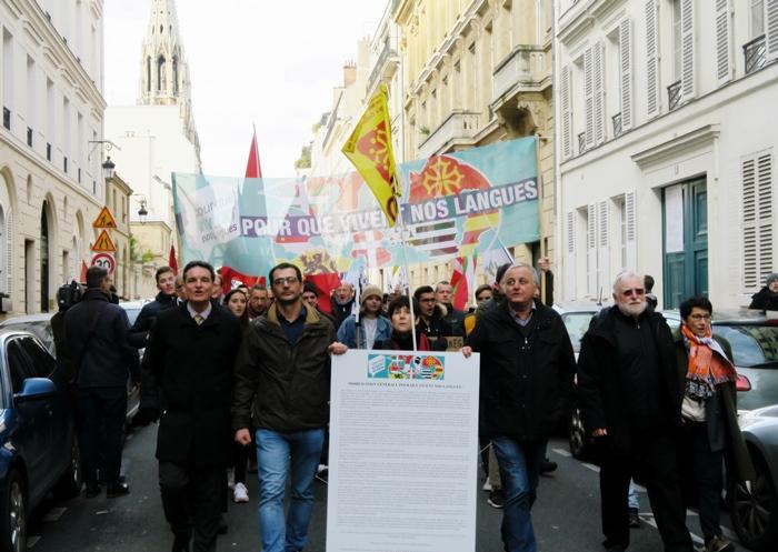 Le 30 novembre dernier, les défenseurs de l'enseignement de toutes les langues minoritaires de l'hexagone protestent unitairement à Paris (photo MN)