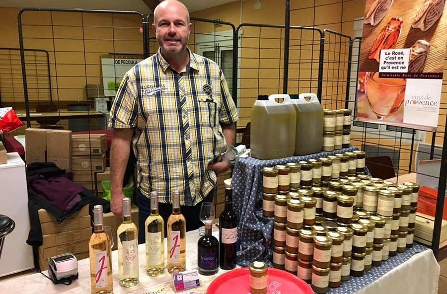 Le vin local sur un marché éphémère et réduit en temps de confinement, ici le Domaine Jacourette à Pourrières (13)