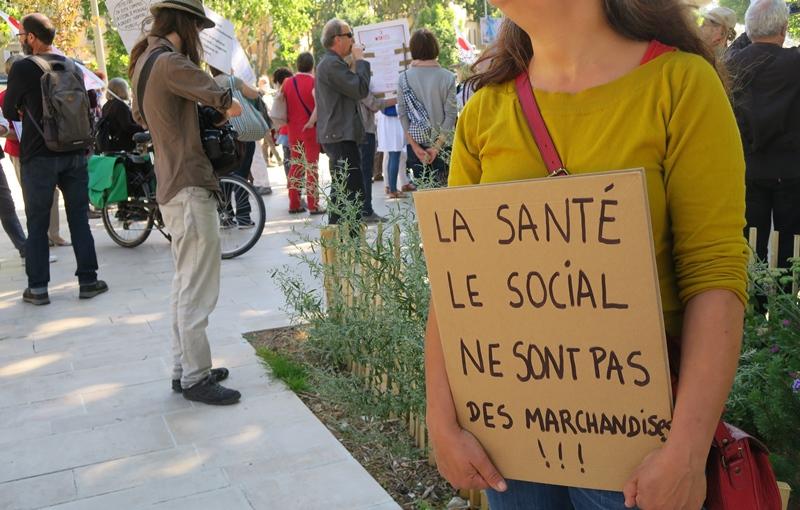 Charlotte, intermittente du spectacle, ne travaillera pas cet été, et écrit bien ce qu'elle a à dire à Aix (photo MN)