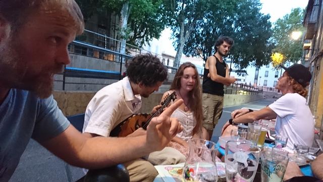 Café provençal d'Aix. Il était empêché par les décisions d'Etat (photo MN)