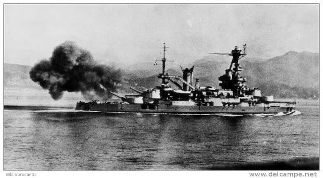 Le Lorraine devant St-Mandrier, canonne les installations côtières allemandes le 15 août 1944 (photo XDR)
