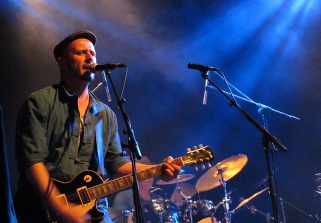 """Blu Attard, le guitariste génial de Moussu T, un plasticien particulièrement expressif. Et pourtant, il reste """"en division d'honneur"""" parce que la musique occitane vous fait intelligent mais vous garde loin du système qui vous permet de gagner correctement votre vie (photo MN)"""