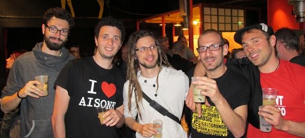 """Le musicien occitan doit créer son label, son tourneur, et même son public...ici les jeunes d'Aisone (Vau Stura), la """"chourmo"""" du Seriol à Marseille (photo MN)"""