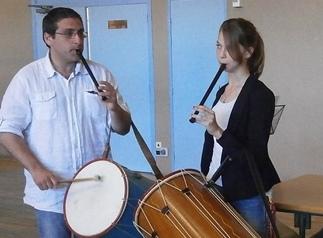 Eric Iglesias et une de ses élèves dans le cadre du projet « Orchestre au collège » à Nyons (photo AC DR)