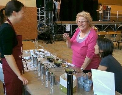 Une fête à Nyons sans huile d'olive ? Allons ! allons !... Ici dégustation d'huiles d'olive chez Emilie Lacroix, avec Mireille Roubé offrant son sourire aux lecteurs d'Aquo d'Aqui (photo AC DR)