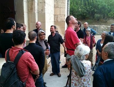 Pour l'ultime rappel, le groupe chante l'aubade à son public, invité à sortir de l'abbaye (photo MN)