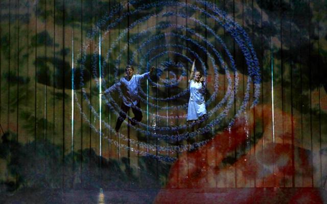 Vidéo et rétroprojecteur sur rideau participent de l'enchantement de cette Flûte. Ici la traversée des eaux, à la toute fin (photo