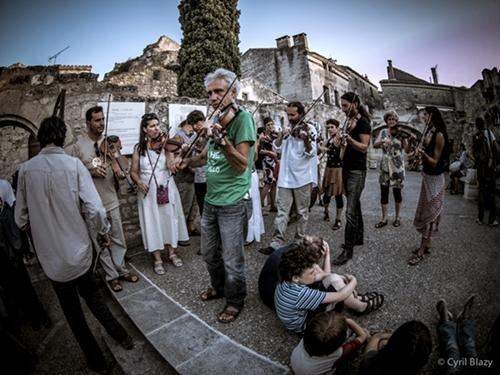 """La """"violonnade"""" vesperale. Le Zinzan réserve des moments festifs au village, mais l'aïoli ne monte guère encore entre le Festival et la population locale (photo XDR)"""