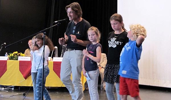 Parmi cinq écoles primées (et dotées de 500€ par l'Aeloc) le prix des jeunes a été attribué à l'école de Ménerbes pour un travail sur la toponymie occitane du village. Autres primés : La Calandreta d'Orange, l'école de Puyloubier, le lycée Thiers de Marseille, les lycées Jean Monet (Vitrolles) et Cézanne (Aix) pour la création d'un spectacle sur le Pouèmo dóu Rose (photo MN)