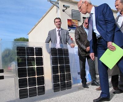 Des matériels seront testés, ainsi ces panneaux photovoltaïques souples, adaptés à la suspension au dessus d'un canal d'eau fraîche (photo MN)