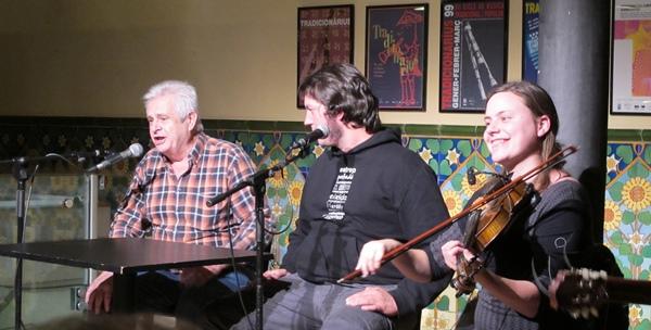 """Le public est invité à commenter lui aussi la campagne lors de """"tensons"""" comme ici au centre Artesa Tradicionarius de Gràcia, avec le groupe Corrandes són corrandes (photo MN)"""