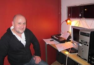 Jean-Pascal Mouthier dans la régie du Théâtre de la Comédie. Aujourd'hui il peut envisager son maintien (photo MN)