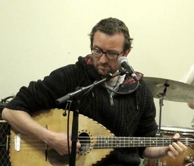 Sam Karpienia, comme d'autres artistes, donnera un coup de pouce à l'Association du Cours Julien, le 30 avril, et pas seulement sur les cordes de sa mandole! (photo MN)