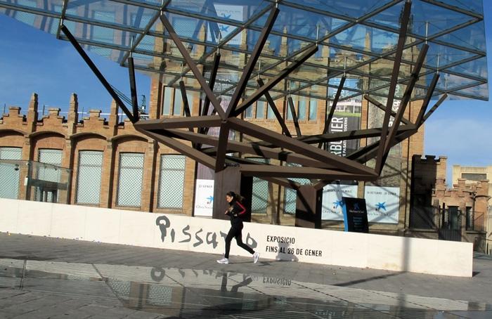La Caixa Forum, à quelques dizaines  de mètres du Musée National  d'Art de Catalogne. Les structures privées et publiques ont passé un accord en 2013 (photo MN)