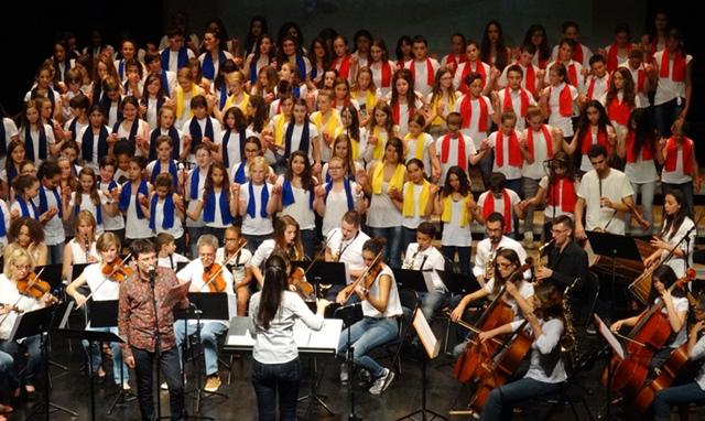 180 collégiens chantent en provençal, italien et d'autres langues romanes à St-Maximin (photo DM DR)