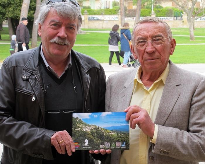 Avec Andrieu Saissi ( à g.) Joan-Pèire Baquié déniche l'occitan dans les noms de lieux du Rouret (06). La commune leur demande de préparer une signalétique (photo MN)