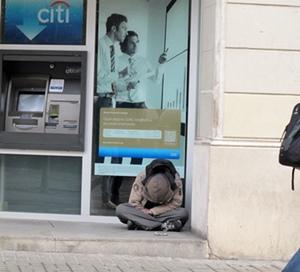 Loin des Ramblas et de la ville à touristes les déclassés de la crise financière de 2008 peuplent les entrées d'agences bancaires, souvent expulsés de leur logement par celles-ci (photo MN)