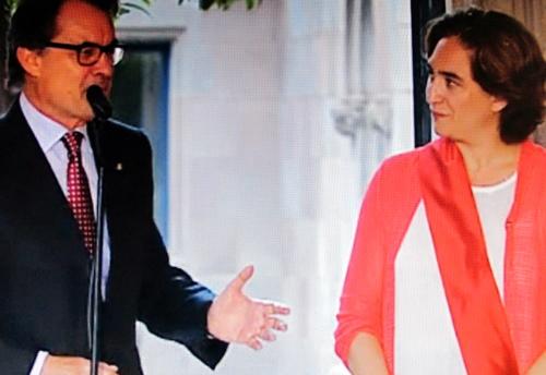 Jusqu'alors il suffisait à Artur Mas, le pdt de la Generalitat, de s'entendre avec Xaxier Trias, à l'Ajuntament, pour décider d'un projet urbain. Ada Colau cherchera elle à imposer des projets plus sociaux. Elle s'est déjà opposée à la signature des ultimes contrats passés par son prédécesseur, sur le départ (photo TV de Barcelona DR)