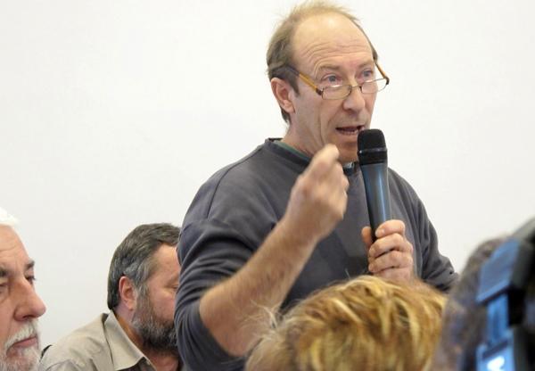 Un viticulteur défend à Aix l'espace agricole ...et la langue occitane comme éléments de durabilité de l'aménagement du territoire provençal (photo MN)