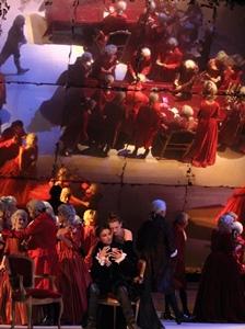 Jeux de miroir dans la salle de jeux du troisième tableau (photo Christian Dresse / Opéra de Marseille DR)