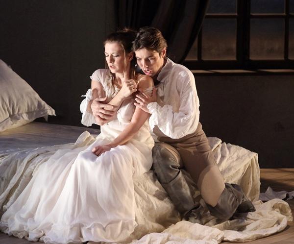 Patrizia Ciofi et Sébastien Gueze, tous deux entrés dans les habits voulus, au fond, par Prévost et Massenet (photo Christian Dresse / Opéra de Marseille DR)