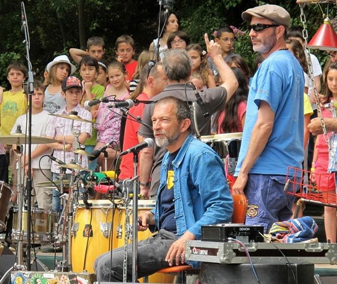 A Correns en mai 2012, le groupe Moussu T avec les élèves de classes de la Provence Verte. Les musiciens ne l'ont pas cherché, mais leurs chansons figurent souvent dans les projets scolaires (photo MN)