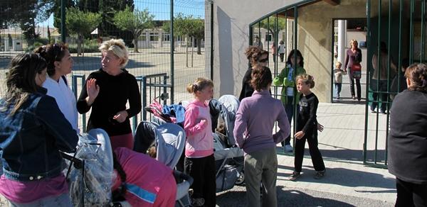 """Sortie de l'école bilingue publique de Maillane. """"L'enfant rentre chez lui et chante encore. Il assure ainsi souvent la seule présence du provençal au foyer"""" (photo MN)"""